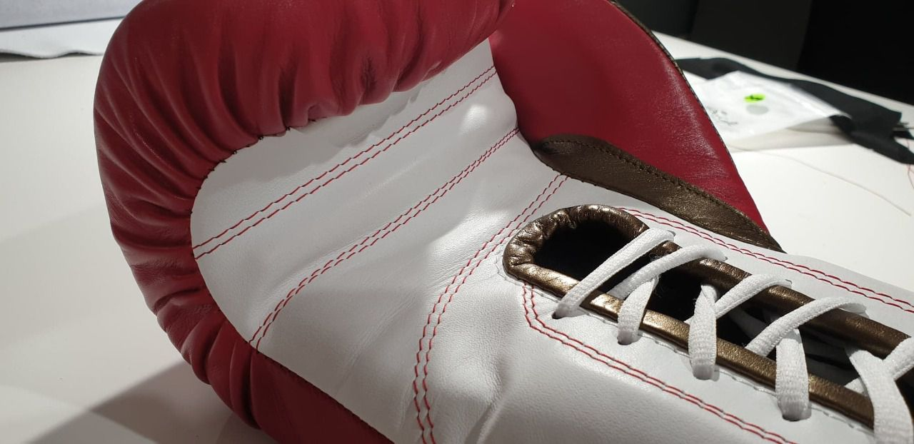 Confection de Gants de Boxe en cuir.